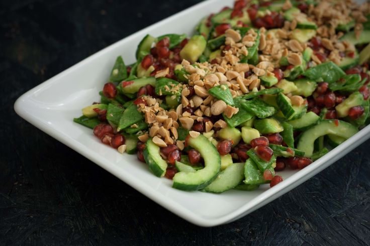 Super dejlig og mættende spicy salat med sukkerærter og granatæble. Salaten får en skøn smag af den lækre og fyldige dressing/marinade den får.