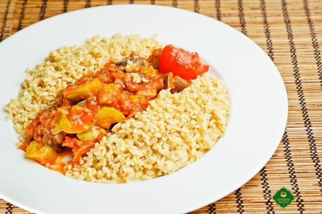 """Bulgurul este atât grâul măcinat mare ori crupele de grâu, cât şi mâncarea gătită din acest grâu. Bulgurul însoţeşte spectacolul gastronomic, alcătuit din legume felurite, denumit """"Ratatouille"""", specialitate vegană, deci fel de mâncare de post. Poftă bună şi sănătoasă!"""