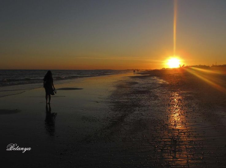 Pasear al atardecer por la playa de Islantilla (Huelva) / Walk by the Islantilla beach (Huelva) at the sunset, by @MamiRizosa