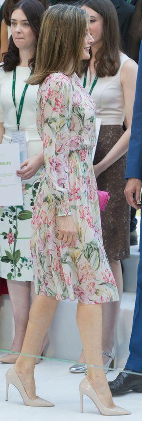 La reina Letizia con  un vestido vaporoso de líneas bastante sencillas, con falda de vuelo, largo por debajo de la rodilla, cuello redondo y goma fruncida en la cintura y en los puños de la manga abullonadade Zara. 05.07.2016