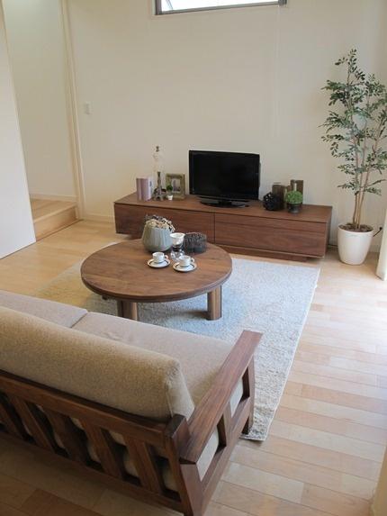 ハードメープル材の床材にウォールナット無垢材の家具を合わせたコーディネート実例です