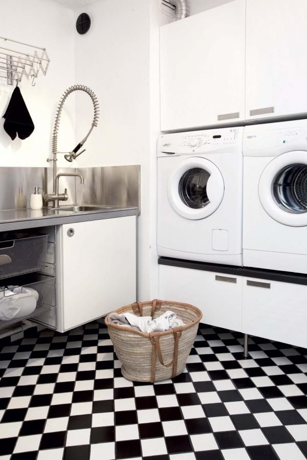 Kodinhoitohuoneen mustavalkoruudullisen kaakelin alle on asennettu lattialämmitys ja siinä on lattiakaivo. Tila on kätevä kun kaksi kuraista pikkumiestä saapuu päiväkodista. | Suojaisan pihan syleilyssä | Koti ja keittiö