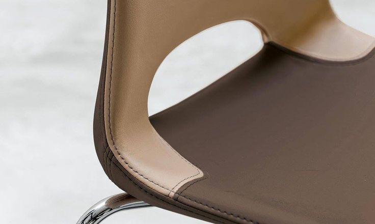 Sedia Katia Design by Alessio Pozzoli Nel corso della progettazione di Katia si e' posta particolare attenzione alla riduzione del peso della scocca attraverso un'accorta ricerca degli spessori senza tralasciare la robustezza. La sedia Katia è al contempo classica e moderna e offre un'ampia seduta e un ottimo comfort. Katia è realizzata in Poliuretano rigido con apertura tra schienale e sedile, 4 gambe in tubolare. Disponibile anche rivestita sia mono che bicolore.