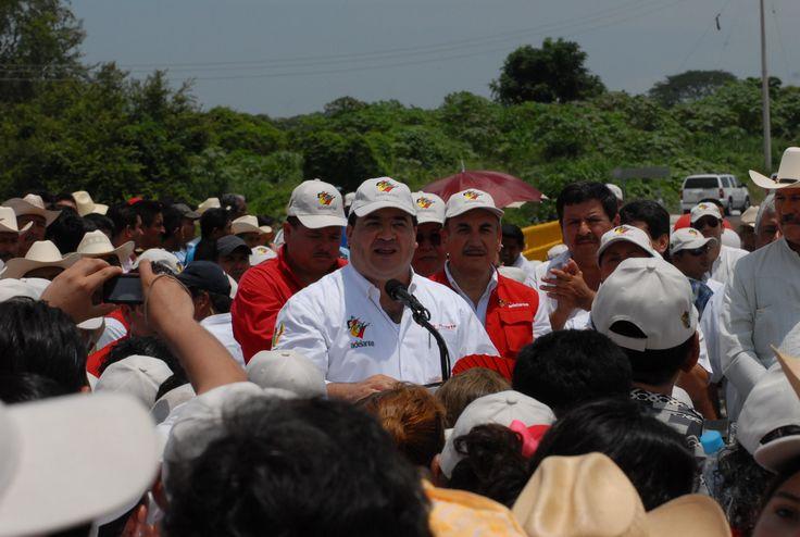 """El gobernador Javier Duarte de Ochoa dio unas palabras al entregar puente Prosperidad, donde enfatizó que la entrega se hace en el momento justo """"Lo entregamos justo a tiempo para que la temporada de lluvias no interrumpa el paso sobre el río Cotaxtla"""""""