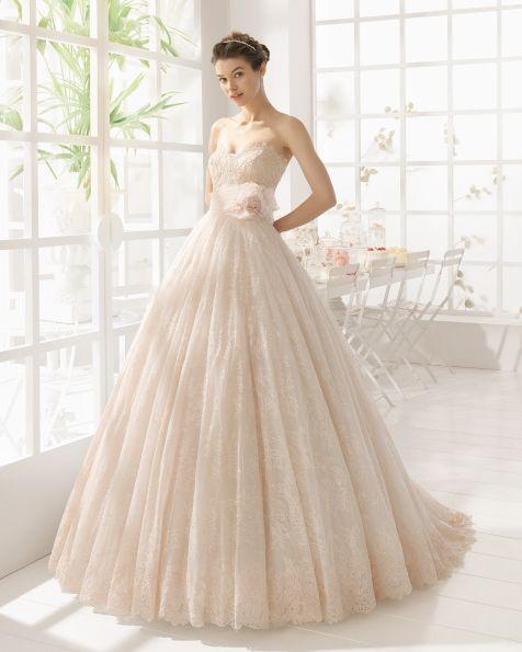 Vestido de renda com brilhantes, em rosa claro. Vestido de renda com brilhantes, em cor natural.
