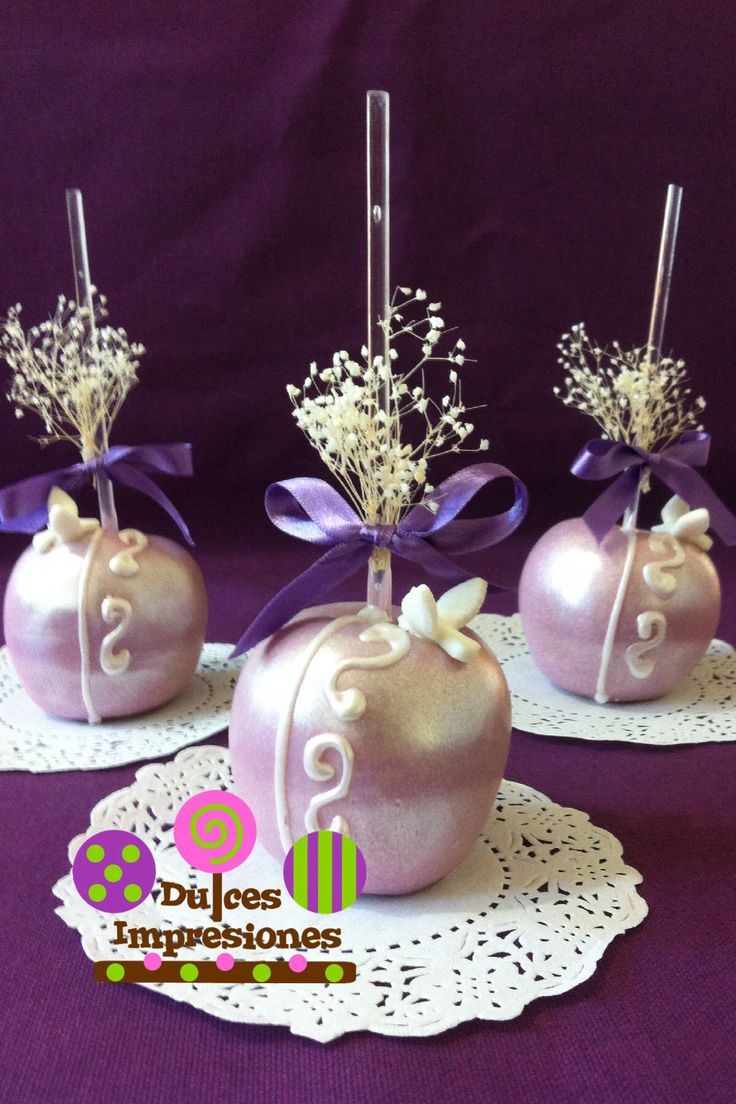 Rica manzana cubierta con chocolate perlado en tono lila, para una comunión.  Visita en face: dulcesimpresiones1