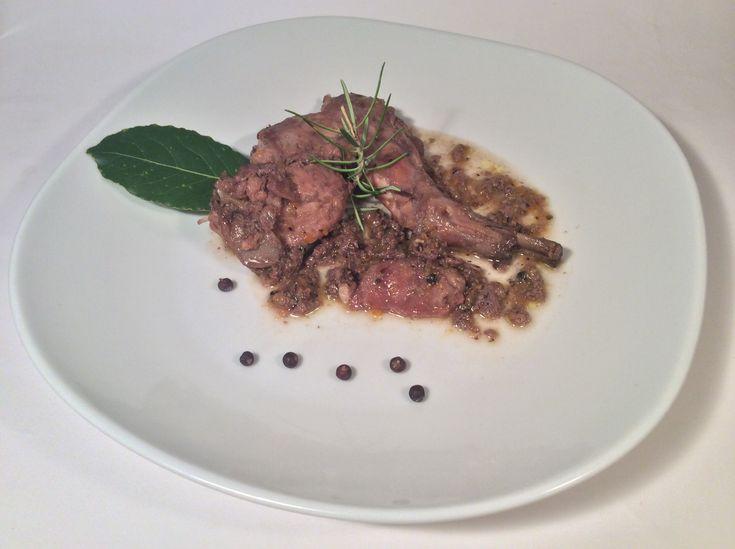 Coniglio gustoso al vino rosso e' una ricetta che rende la carne bianca e delicata del coniglio molto saporita e morbida .la carne bianca del coniglio