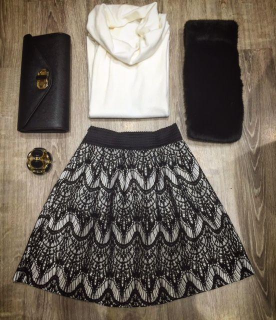 Outfit per le feste Natalizie! Gonna in pizzo nero, maglia bianca, stola e pochette con dettagli in oro. https://business.facebook.com/whitearzignano/ #madeinitaly #beauty #dress #fashion #model #outfit  #shopping #style #stylish #classy  #modadonna #class #whiteabbigliamento #arzignano #rinascimento #donna #fashion #pochette #gonna #maglia #stola #bracciale