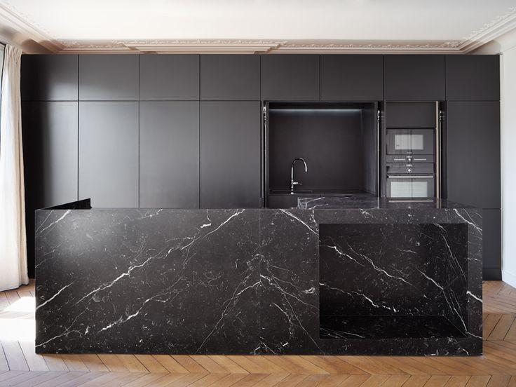 Cuisine sur mesure en marbre -   Rénovation d'un appartement Place des ternes Paris (75) par capo architectes.