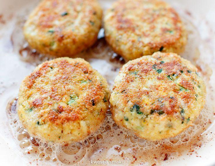 KOTLETY JAJECZNE Proste kotleciki jajeczne z ugotowanych jajek ze szczypiorkiem i natką pietruszki.
