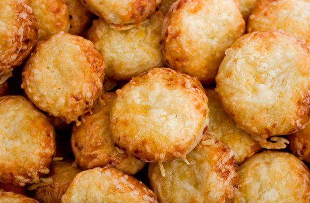 A frissen sült pogácsa akkor a legjobb, ha a tetején és a belsejében is jó sok sajtot találsz. Íme, a nagyi legfinomabb receptje!