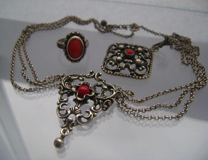Oude zilveren Duits/Oostenrijkse Coral Jewelry coral jewelry veel - ca. 1920-1940  geen minimumverkoopprijs   Zilveren Duits/Oostenrijkse sieraden veel met stenen koraalMaten:1. Zilveren Oostenrijkse halsketting - ca. 1940-lengte: ca. 395 cm (met uitgebreide keten ca. 44 5 cm)-belangrijkste sieraad: ca. 42 cm x 3 cm-gewicht: ca. 1768 gram-materiaal: Zilveren 835-kenmerken: tweemaal gestempeld hop vogel met cijfer 3 en letter W voor Vienna mint2. Zilveren Beierse tegenhanger - München ca…