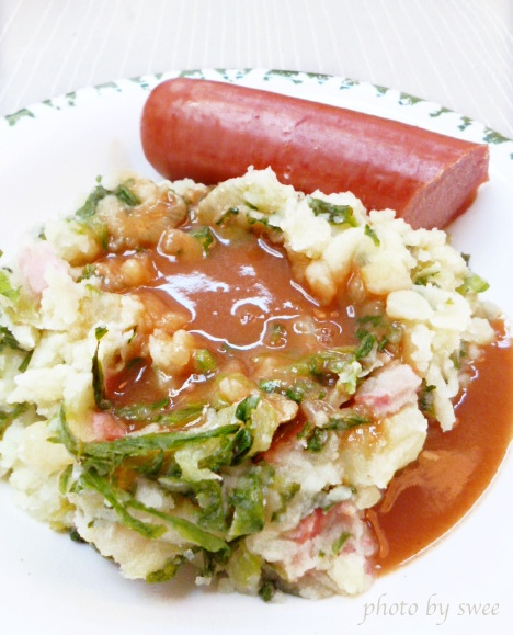 ♥♥♥ our dinner tonight, my favorite traditional Dutch stamppot andijvie met rookworst (mash-pot + endives and smoked sausage).