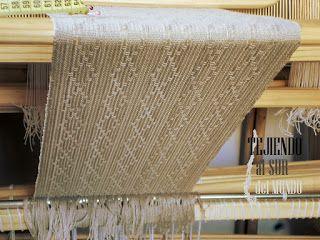 Algodón mercerizado 10/3 en color taupe para esta bufanda con estructura Huck Lace en el telar. Huck Lace in loom with mercerized cotton.