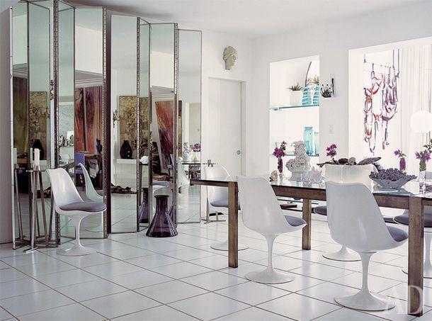 Зеркальная ширма хороша тем, что не только зрительно увеличивает пространство, но и делает его более сложным – это свойство дизайнер Кент Карлок использовал в столовой собственного дома в Майами.
