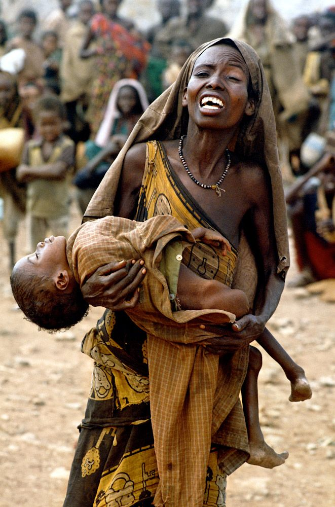 Mother with her starving, perhaps dead child - Africa / Non ci sono parole per descrivere il dolore che provoca questa immagine. #dead #child
