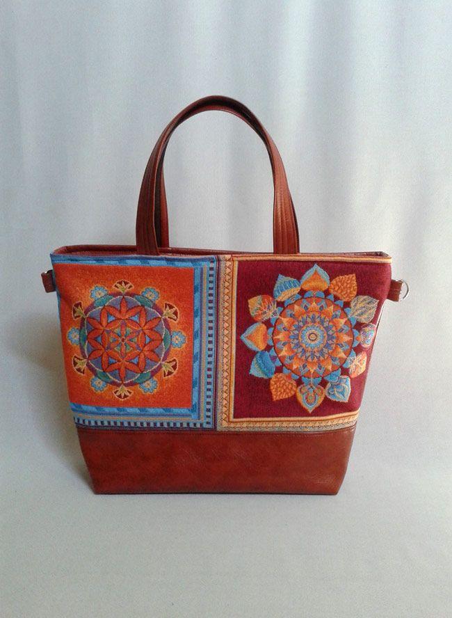 Gyönyörű #mandala mintás szövet és #textilbőr kombinációjával készült ez a nagy táska. Cipzárral záródik. Kézi táska, de keresztben és vállon is lehet hordani, mert tartozik hozzá egy 135 cm-es állítható heveder pánt. Base-bag #női #táska