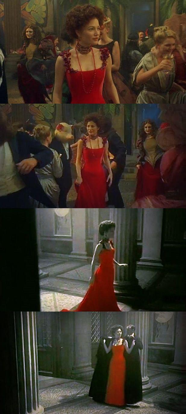 """Роковой женщине никак не обойтись без красного платья. Впервые Сара Уинтер (Sarah Wynter), исполнившая роль Альмы в фильме """"Невеста ветра"""" (Bride of the Wind, 2001), появляется в красном платье на венском артистическом бале. Потом еще будет не менее великолепное платье на премьере симфонии Малера, ставшего первым в череде известных творческих супругов и просто возлюбленных, для которых Альма была Музой."""