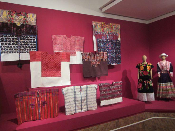 son tejidos artesanales bordados a mano y a maquina al igual que los vestidos con acabados muy elaborados.