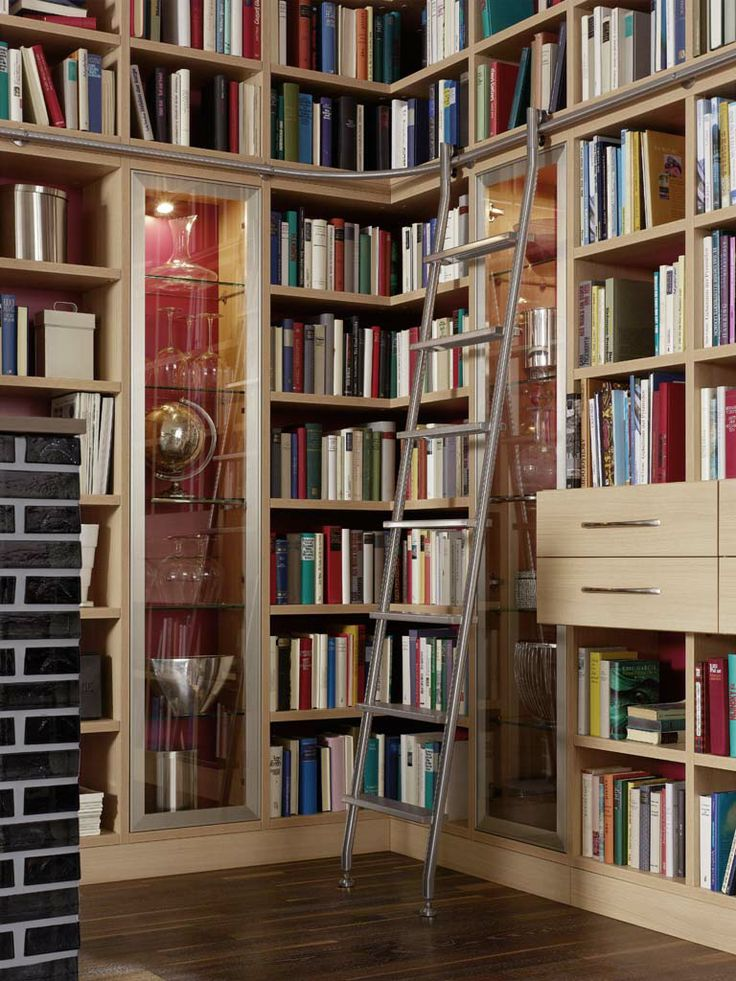 Boekenkast met schuifladder van RVS. Een echte eyecatcher in uw huis! | http://www.comfortinstijl.nl/boekenkast-op-maat/