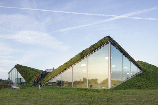 Le musée « The Biesbosch » aux Pays-Bas a été récemment rénové avec un toit de chaume et agrandi avec une nouvelle aile pour l'art contemporain par le cabinet d'architecture basé à Rotterdam, studio Marco Vermeulen.  Situé près de la ville de Dordrecht, le bâtiment est fait de pyramides hexagonales couvertes d'herbes, ce qui ajoute une dimension écologique tout en conservant une esthétique originale et sculpturale.