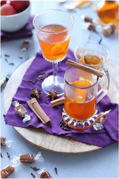 Boisson chaude au cidre, caramel et épices - 30 cl de cidre, 2 cl de sirop de caramel salé (marque Monin) (ou du sirop de caramel épicé maison), 1/4 cc de cannelle en poudre, 1 clou de girofle, 1 étoile de badiane, 1 orange