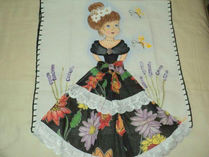 Pano de prato pintado com bonequinha com detalhe de saia feita de tecido com la�o e bordado ingl�s. <br>A cor da boneca pode ser escolhida tecido da saia estampas variadas <br>�timo para presentes,ch� de cozinha <br>Medida: 72 cm x 45 cm