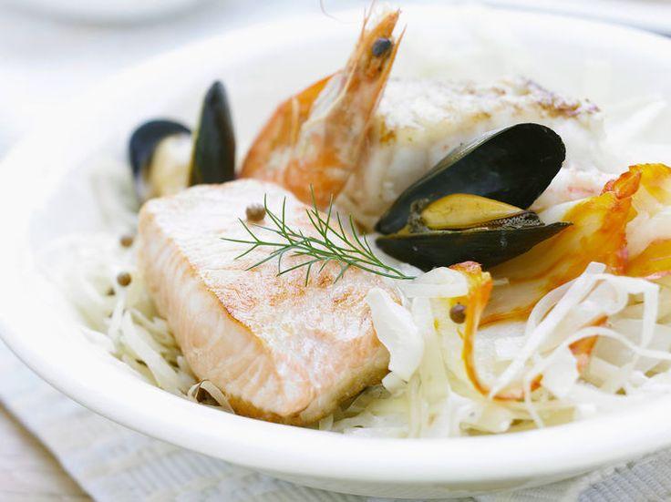 Découvrez la recette Choucroute de la mer au vin blanc sur cuisineactuelle.fr.