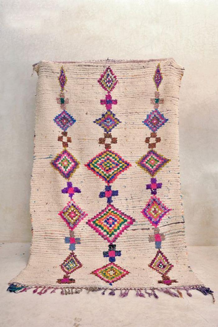 tapis marocain, carpette ethnique en douces couleurs