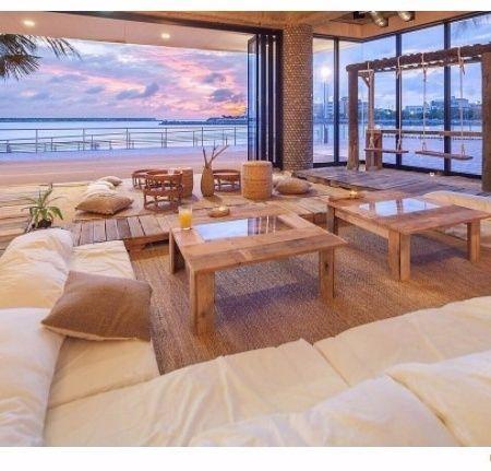 """【女子旅プレス】沖縄県の美浜にあるフォトジェニックなカフェ「ザ ジャングリラ カフェ アンド レストラン(The Junglila Cafe and Restaurant)」をご存知ですか?木の温もりを感じる店内のカウンター席にはなんとブランコが設置されており、通称""""ブランコカフェ""""と呼ばれています。目の前には沖縄の海が広がり、提供される多国籍料理を味わえば海外旅行に来たかのような気分に。そんな一度は行ってみたくなる要素が満載の注目カフェなんです。"""