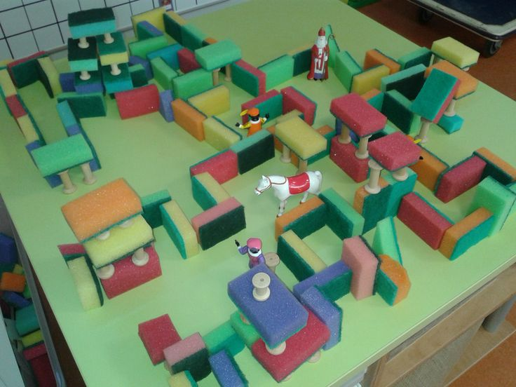 Bouwen van een doolhof voor Sinterklaas en de Pieten van schuursponsjes en houten klosjes. Nog meer suggesties krijg je tijdens de bijeenkomst 'De bouwhoek is top' bij IJsselgroep Educatieve Dienstverlening