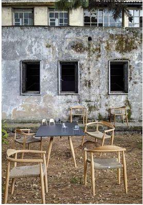- Líneas Nórdicas - El clásico diseño nórdico se expresa en la mesa con estructura de teca y tablero de vidrio templado antihuellas y las sillas apilables de teca con asiento de fibras entretejidas.