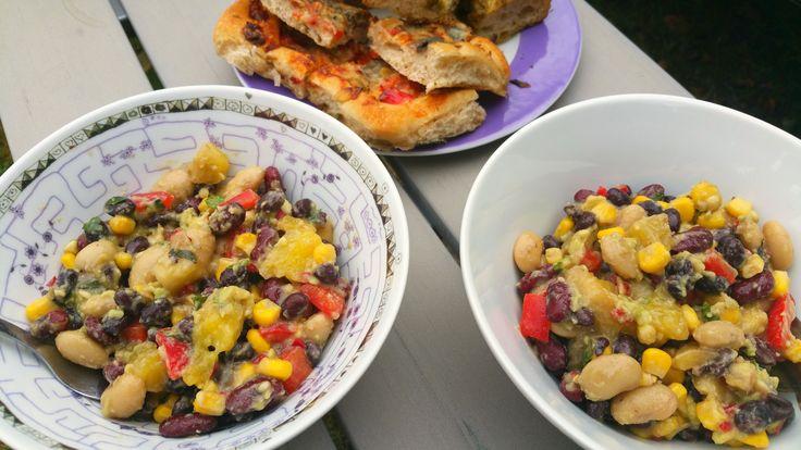 Dit is een heerlijke zomerse, kleurrijke en supermakkelijke maaltijdsalade met veel peulvruchten, mais, paprika, mango én een avocado-dressing! Ook een ideaal vakantiegerecht ! Het recept stond on…