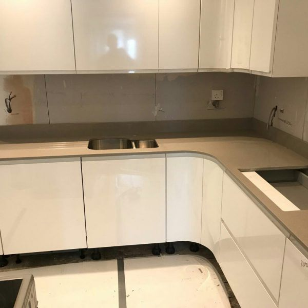 This white glossy kitchen features the Magnifico De Lusso quartz. It is a lovely combination that is fit for a modern home.