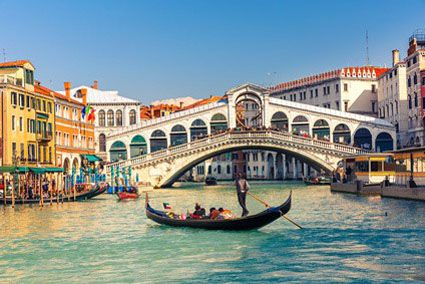 Ausflüge und Trips in und um Venedig - Vor allem für Verliebte ist eine Gondelfahrt mit einem eigenen Gondoliere eine besondere Attraktion. Eine Gondelfahrt durch die Kanäle der Stadt erinnert an den Film Casanova. Sie bietet einen Überblick über die Sehenswürdigkeiten, wie den Dogenpalast, den Markusplatz und den Campanile, den Glockenturm, der als Aussichtturm Nummer 1 in Venedig gilt.