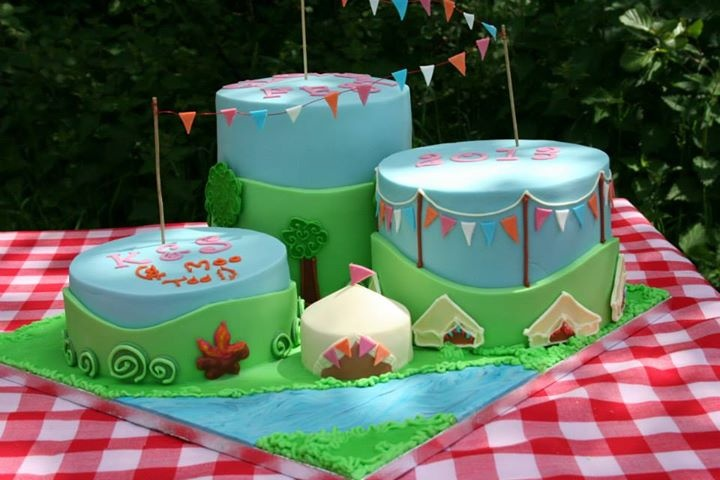 Camping / glamping cake made for festival party with bell tents. Made by Kasserina. kasserina.blogspot.co.uk