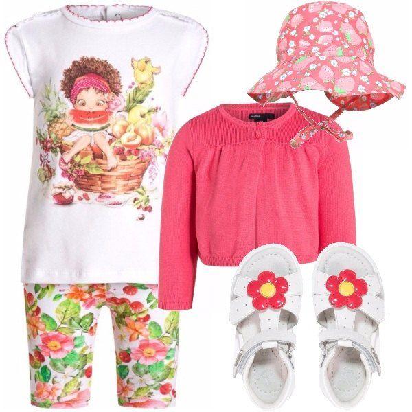Abbigliamento per una bambina fino ai 2 anni di età, adatto per un colorato pomeriggio in mezzo al verde. Completo composto da T-shirt e pantaloncini a fantasia floreale; cardigan rosa; cappellino rosa con fragole disegnate e sandali bianchi con fiorellino rosa.