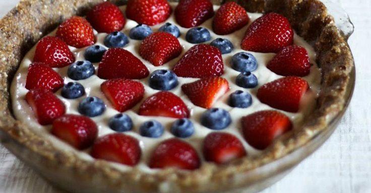 Nepečený letní koláč s ovocem bez mouky a přidaného cukru