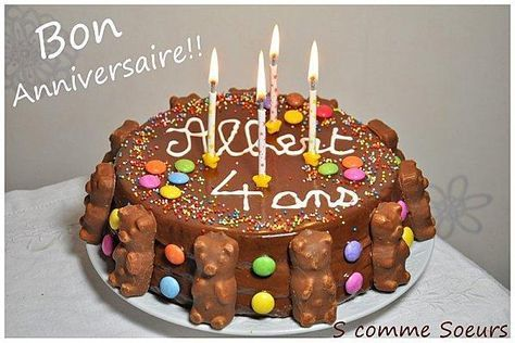 Gâteau d'anniversaire pour enfant au chocolat et aux bonbons