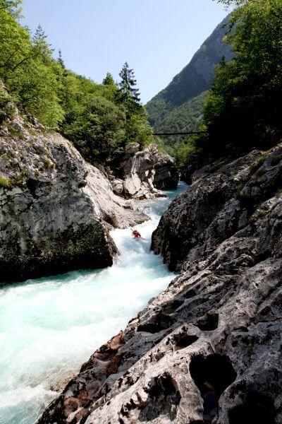 Door velen wordt de smaragdgroene Soca de mooiste alpine rivier in Europa genoemd.  Op een mooie dag in het weekeinde kan het leuk zijn om de kajakkers en rafters bezig te zien om langs de stroomversnellingen te komen. Als je dat eenmaal gezien hebt zul je vast in Bovec op zoek gaan naar één van de vele outdoor agentschappen om zelf een tocht met een raft te boeken.   / #Slovenië #water / foto bron Han Vroon / @MijnSlovenie / www.mijnslovenie.com