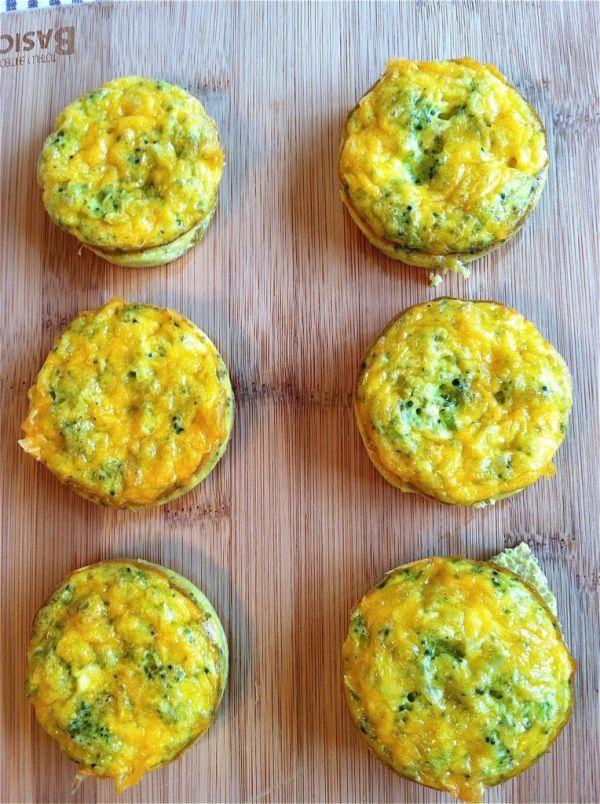 Muffins de verdura 1. Precalienta el horno a 190°c. Cubre un molde para sies muffins con aceite. 2. Pica el brócoli y colócalo en un recipiente junto con 4 huevos, la sal marina y la pimienta. Bate para mezclarlos. 3. Vierte la mezcla en los moldes y divide el queso equitativamente entre los seis muffins. 4. Cocina por 12 o 15 minutos, o hasta que el huevo esté cocido.