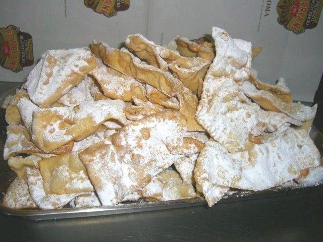 a ROMA a Carnevale riuscire a resistere alle frappe è difficile, anche nella versione al forno. Quelle fritte hanno una consistenza croccante e tenace, si sciolgono in bocca pur mantenendo un sapore di tempi passati.