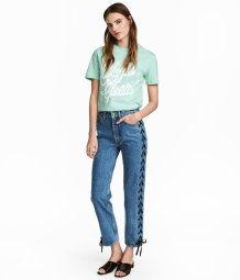 5-Pocket-Jeans in 7/8-Länge aus gewaschenem Denim. Die Jeans ist an den Seiten offen und wird geschnürt. Gerade Beine, normale Bundhöhe und Knöpfe vorn.