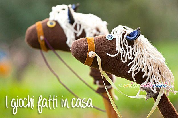Segui il tutorial e costruisci un cavallo fai da te riciclando vecchi calzini e un manico di scopa.