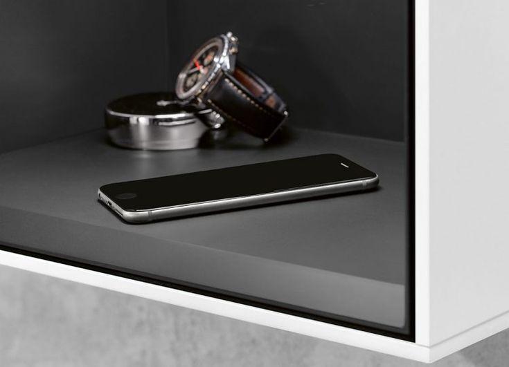 Jetzt haben Sie den Salat - nicht mehr. Mit induktiven Ladestationen bzw. -flächen kommt das Smartphone sogar kabellos zu neuer Kraft. Einfach ins Regal legen. Eleganter geht es wohl kaum noch. Regal: Finion Foto: Villeroy & Boch