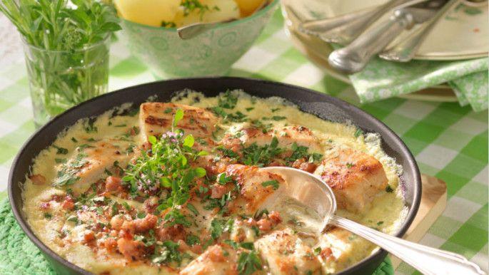 Recept på alla möjliga varianter med läcker kyckling som ingrediens. Här finns rullader, burgare, gratänger, pajer, sallader och grytor med kyckling precis som kycklingspett, ugnsbakad kyckling, kycklingklubbor och apelsinkyckling.