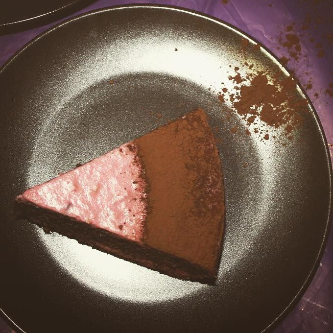 Ati mancat vreodata ciocolata cu umplutura de mere coapte? Va prezit un tort inspirat din aceasta combinatie de arome, insa fara calorii goale din zahar si grasimi.