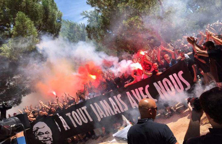 """A l'appel des trois groupes ultras montpelliérains, des centaines de supporters se sont réunis cet après-midi pour participer à une marche à en hommage à """"Loulou"""" Nicollin.L'emblématique président du Montpellier Hérault Sport Club (Ligue 1) est..."""