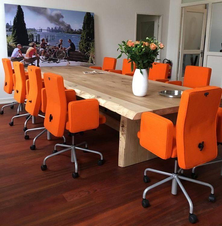 ZWAARTAFELEN I Stoere eikenhouten boomstamtafel bij Dragstra Advocaten In Amersfoort I Krachtige combinatie met de oranje stoelen I www.zwaartafelen.nl