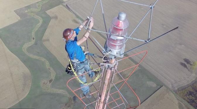 Kevin Schmidt melakukan selfie di puncak antena saat memperbaiki bola lampu, di ketinggian 457 meter.
